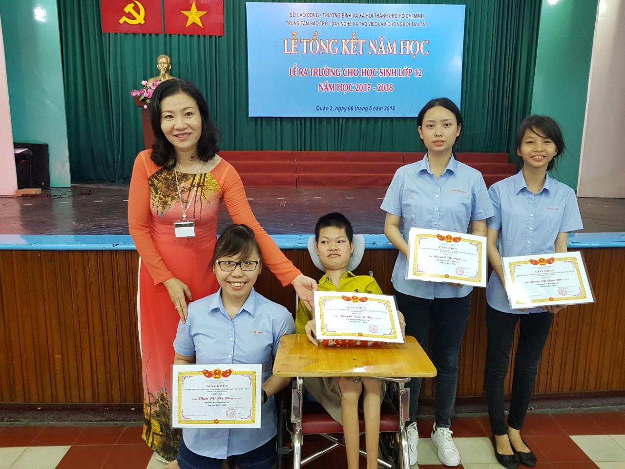 Bà Trần Thị Thanh Hằng - Giám đốc Trung tâm - trao quà cho học viên giỏi. Nguồn: Trung tâm